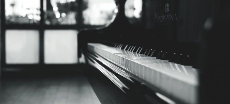 a piano in black and white